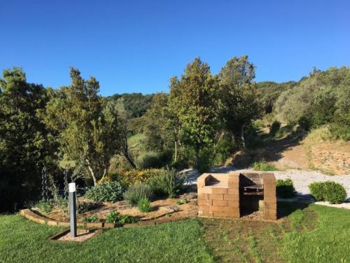 Der Tuffsteingrill neben dem Kräutergarten